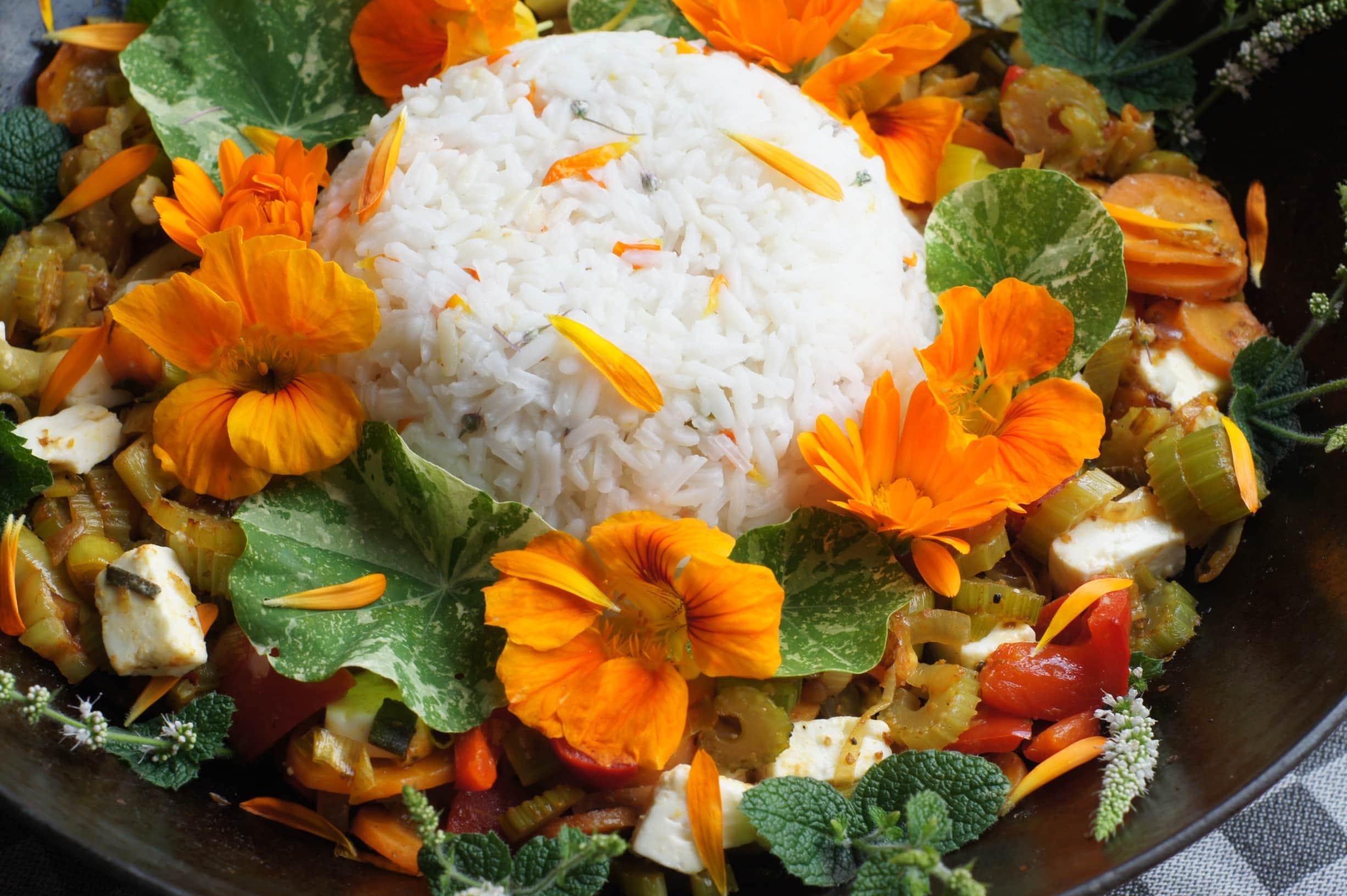 rijst met een bloemenkrans van munt, goudsbloemen en Oost-Indische kers